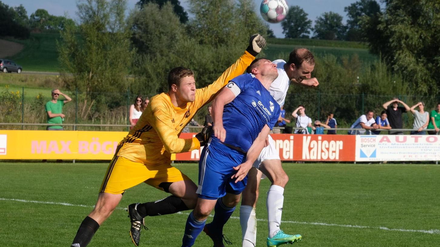 Ab in den Zweikampf: Die SG Möning/Rohr (weiße Trikots) und der TSV Mörsdorf (blau) beharkten sich intensiv, aber nie unfair.