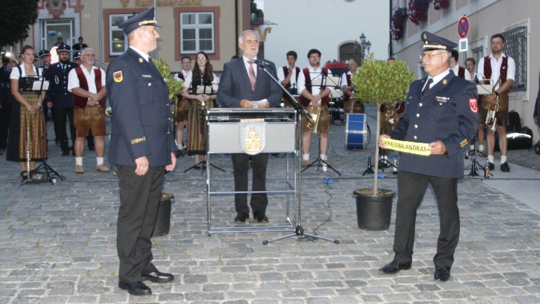 Amtsübergabe mit dem scheidenden Kreisbrandrat Werner Löchl, Landrat Herbert Eckstein und dem neuen Kreisbrandrat Christian Mederer (von rechts).