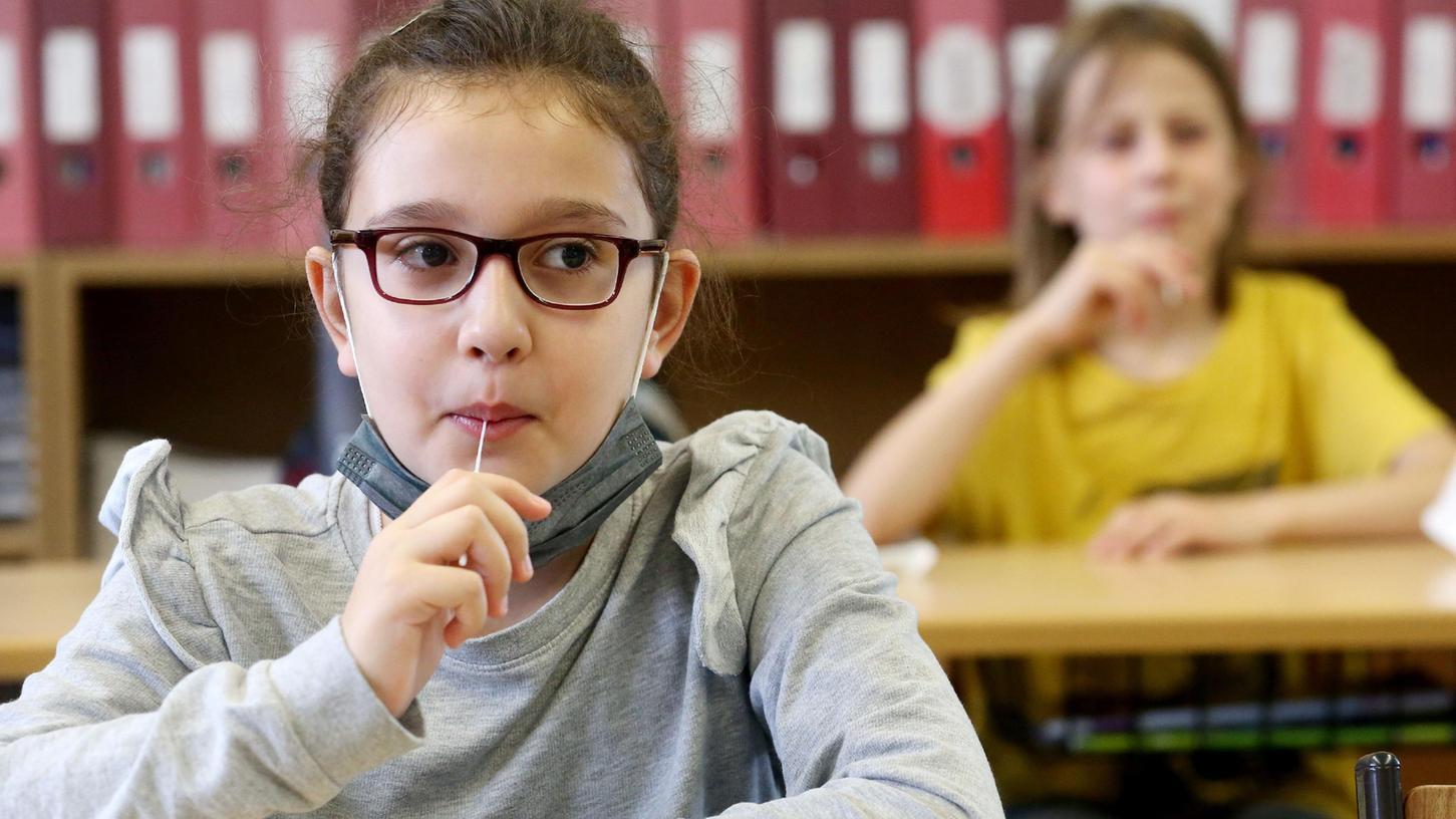 Die lästigen Stäbchen-Schnelltests werden in den Grundschulen nach der ersten Woche durch die Lolli-PCR-Pooltests ersetzt.