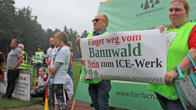 Harrlacher und Feuchter nahmen in Oberferrieden an einer Protest-Kundgebung gegen das ICE-Werk auf dem Muna-Gelände in Feucht teil - nun ergibt sich möglicherweise eine neue Option.