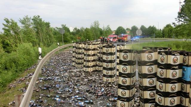 Scherben von Bierflaschen verteilten sich auf der Bundesstraße (unser Bild zeigt einen früheren Fall mit zerstörten Bierflaschen bei Gollhofen).