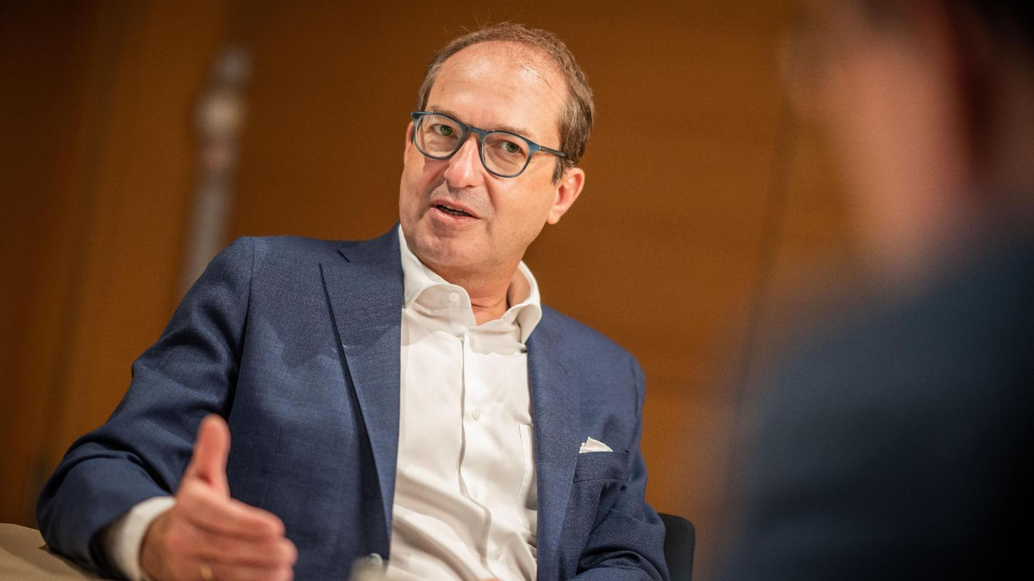 CSU-Landesgruppenchef Alexander Dobrindt sieht bei der SPD die Verantwortung, eine neue Regierung zu bilden, sollten die Sozialdemokraten stärkte Kraft bei der Bundestagswahl werden.