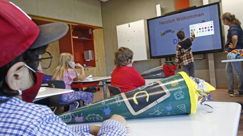 Im voll digitalisierten Klassenzimmer haben die Kinder im Sonderpädagogischen Förderzentrum in Neumarkt ihren ersten Schultag erlebt. Foto: Hubert Bösl