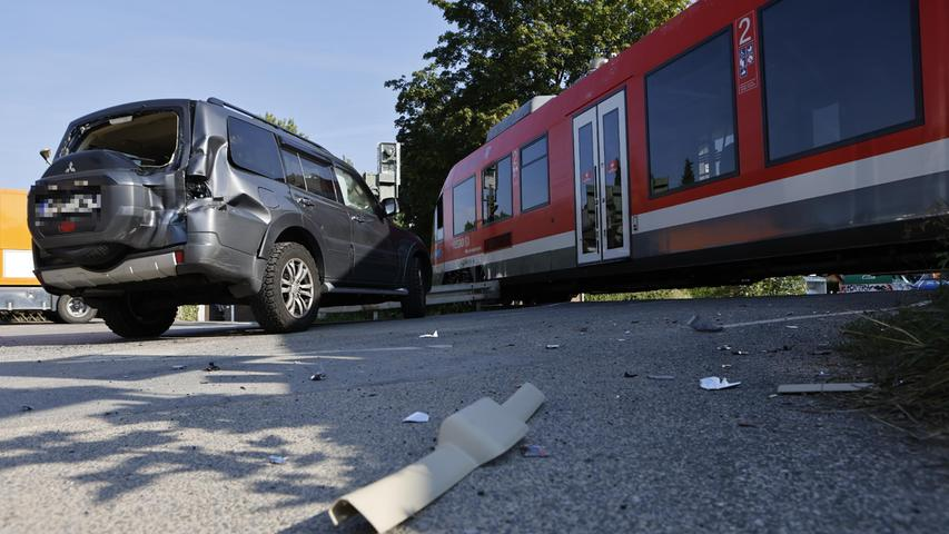 Redaktioneller Hinweis: Privatpersonen bitte pixeln!Am Dienstagmorgen (14.09.2021) kam es in der Weiherhofer Straße in Fürth an einem unbeschrankten Bahnübergang zu einem Zusammenstoß zwischen einem Zug und einem Auto. Nach ersten Informationen wurde bei dem Unfall der Fahrer des Autos leicht verletzt. Der Zugführer wurde vom Rettungsdienst versorgt.Nach ersten Erkenntnissen wird davon ausgegangen, dass der Autofahrer beim Ãœberqueren des Bahnübergangs das rote Warnlicht missachtet hat. Im Zug sollen sich etwa zehn Passagiere befunden haben. Der Bahnübergang ist derzeit gesperrt. Foto: NEWS5 / Oßwald Weitere Informationen... https://www.news5.de/news/news/read/21762
