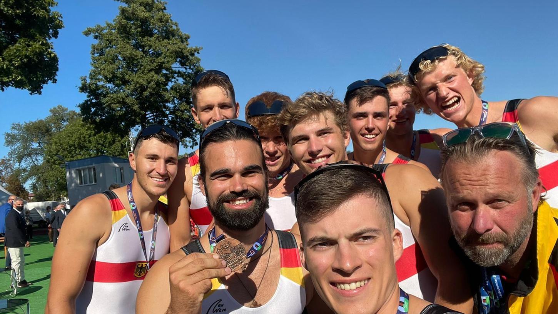 Paul Burger (ganz links) mit seinen Kollegen aus dem U23-Achter nach dem Medaillen-Erfolg bei den Europameisterschaften.