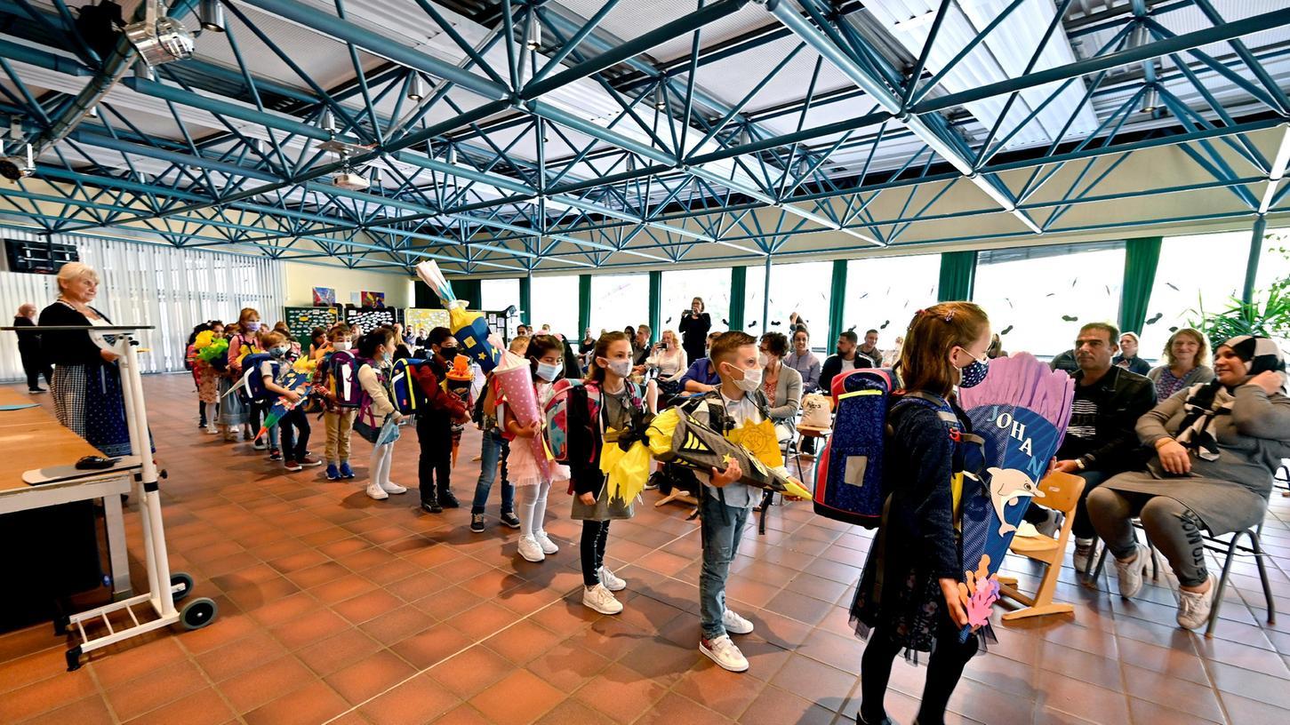 Erster Schultag an der Mönauschule in Erlangen: Die ankommenden ABC-Schützen werden von Rektorin Maria Hertel begrüßt.