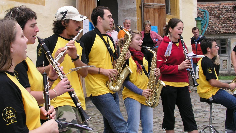 Mit schwungvollem Sound brachten viele junge französische Kapellen Leben in die Partnerschaft, wie hier eine Truppe aus Aixe-sur-Vienne im Fränkischen Freilandmuseum in Bad Windsheim.