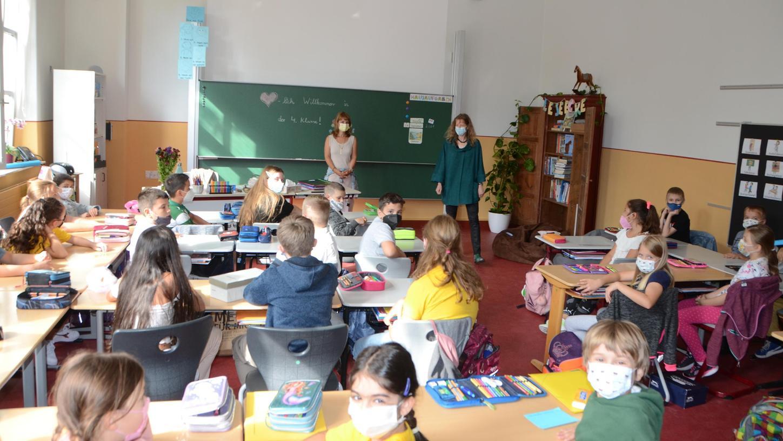 Unterrichtsstart in den sanierten Klassenzimmern der Schwabacher Luitpoldschule.Neu sind etwa die Wandfarben:Lichtgrau und Ocker, getrennt durch ein rotes Band. Rektorin Silke Blomeyer (vorne rechts) gefällt besonders der restaurierteWandschrank rechts neben der Tafel.