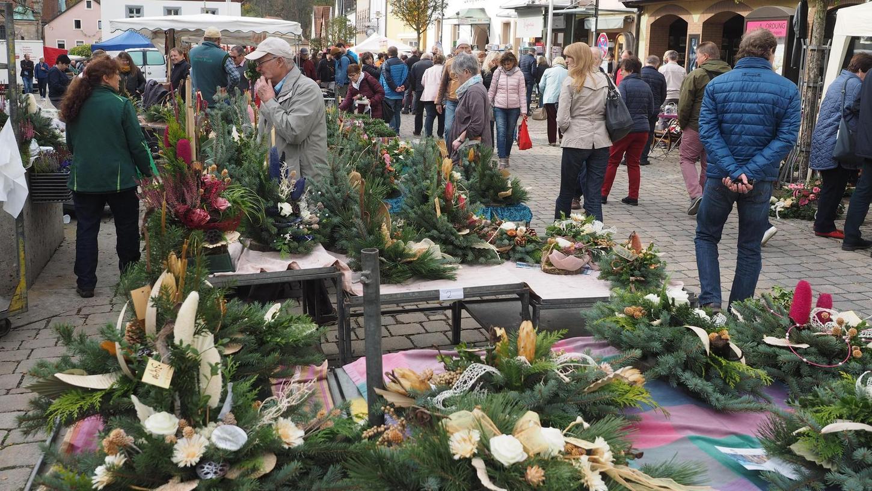 Winterharte Pflanzen und Grabgestecke, Christbaumkugeln und Krippenfiguren, warme Socken und Winterkleidung: Der Herbstmarkt zeigt an seinen Ständen mehr als deutlich, dass die warme Jahreszeit vorüber ist.