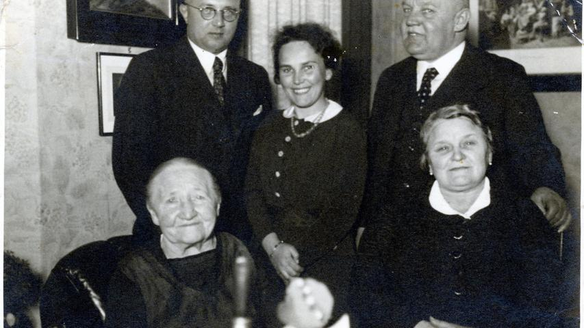 Ein weiterer Blick in das Familienalbum der Familie auf Franziska Fritsche, Adolf Haensch, Cläre Haensch sowie auf Rudolf mit Babette Fritsche (v.l.n.r).