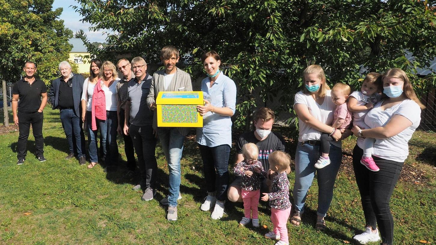 Zur Einweihung überreichte Bürgermeister Wolfgang Nierhoff eine Kiste mit pädagogischem Material an die Leiterin der Kindertagesstätte Elisabeth Wenninger.