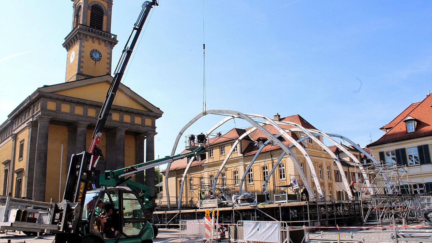 Auf dem Karlsplatz in Ansbach laufen die Aufbauarbeiten für die Veranstaltung