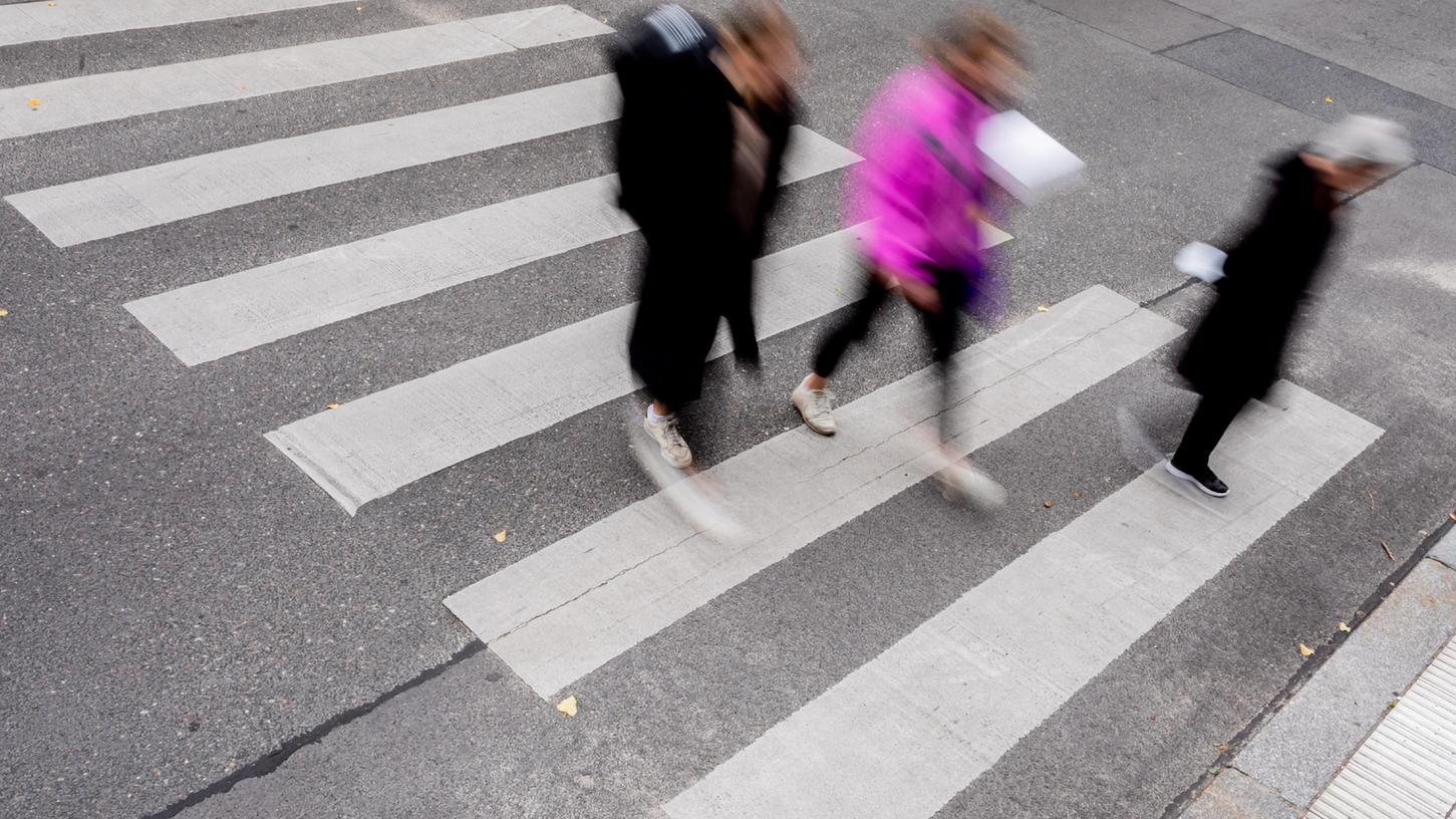 Ein Zebrastreifen schützte einen Fußgänger in Sindlbach nicht. Er musste sich durch einen Sprung vor einem Auto in Sicherheit bringen.