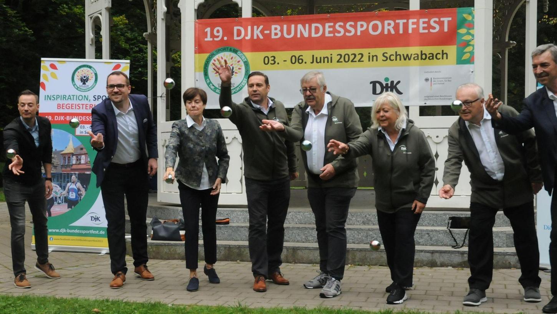 """In 22 Sportarten sollen zwischen dem 3. und 6. Juni 2022 in Schwabach Deutsche DJK-Meister ermittelt und gekürt werden.Am Samstag beim """"Kickoff"""" versuchten sich die Ehrengäste schon mal am Boule. Auch Cricket bereichert das vielfältige Angebot."""