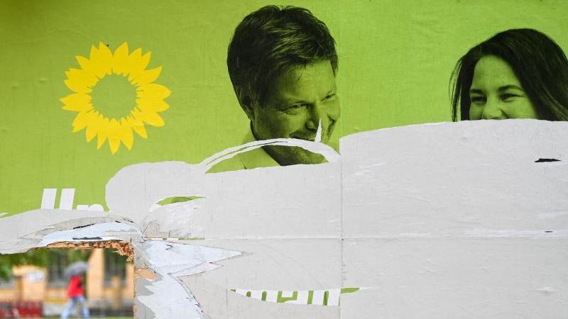 Ein zerstörtes Wahlplakat der Grünen (Symbolfoto).