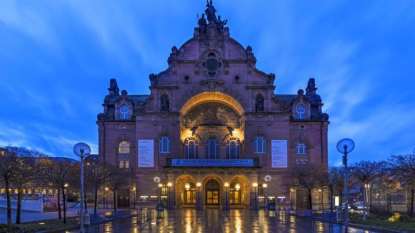 Zwar hat es einen schönen Vorplatz, ansonsten ist das Opernhaus heute eingeschnürt zwischen Frauentorgraben und Bahndamm.
