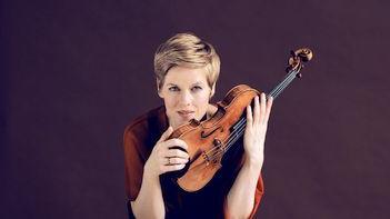Die Geigerin Isabelle Faust kann beim Jubiläumsfestival der Neumarkter Konzertfreunde in einem vollen Reitstadel auftreten.