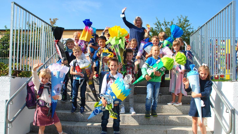 Stolz präsentieren die 16 Erstklässler aus Pinzberg ihre Schultüten, die sie zum Schulstart bekommen haben.