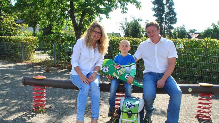 Einer der neuen Erstklässler ist Maximilian Wiemann, der mit seinen Eltern Irina und Daniel den ersten Schultag feierte.