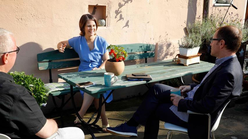 Annalena Baerbock im Interview mit den beiden Chefredakteuren Alexander Jungkunz und Stephan Sohrauf Ursulas Gemüsehof in Neuhof.