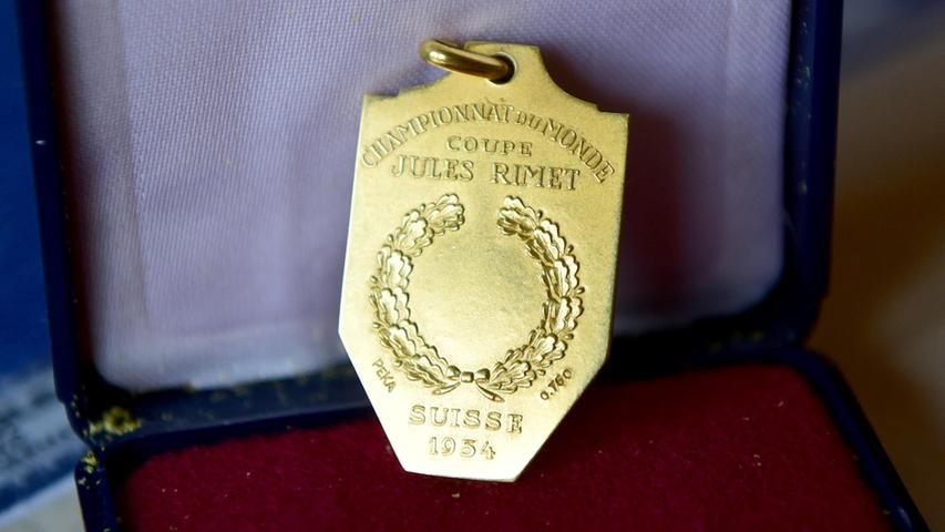 Pässe, Schuhe, WM-Medaille: Kleeblatt-Sammler ergattert wertvolle Schätze von Charly Mai