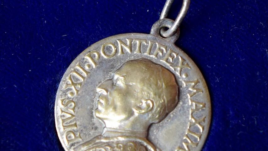 Diese Münze bekamen die Spieler im Rahmen einer Audienz bei Papst Pius 1956, zwei Jahre nach dem WM-Titel.