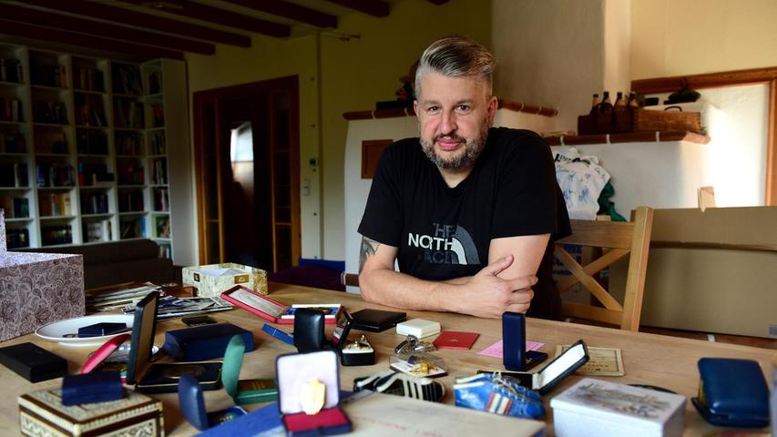 Für den Fotografen hat Zweckerl die wertvollen Schätze auf seinem Wohnzimmertisch ausgebreitet.
