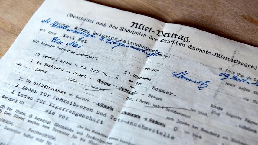 Neben Medaillen und Schuhen waren beispielsweise auch Verträge Teil der versteigerten Devotionalien - zum Beispiel der Mietvertrag für Mais Lottoladen in Fürth.