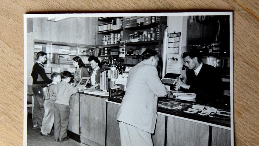 Dieses Foto wiederum zeigt den Alltag in Mais Lottoladen in Fürth.