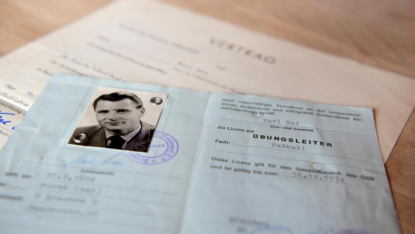 Nach seiner aktiven Karriere war Charly Mai auch als Übungsleiter tätig, wie dieser bläuliche Ausweis zeigt.