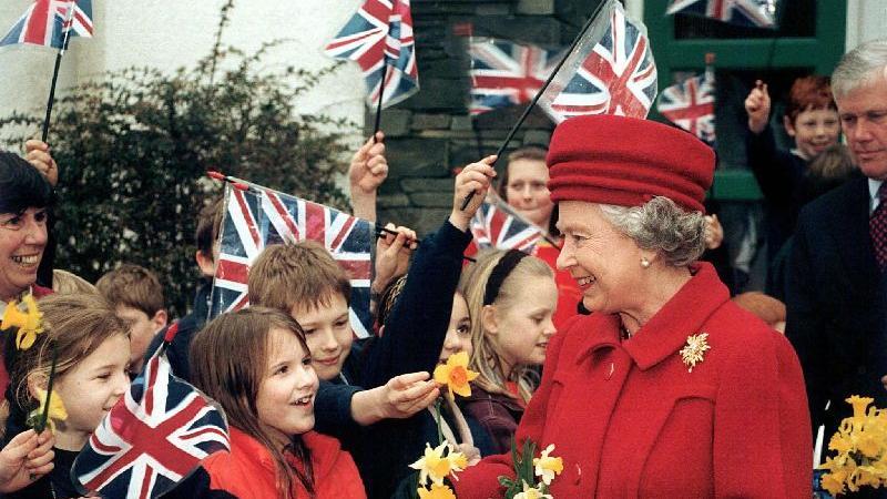 Unter anderem auf diese Kritik der Briten hin bemühte sich die Königin- hier auf einem Archivbild aus dem März 1998- in den Folgejahren um mehr Volksnähe.