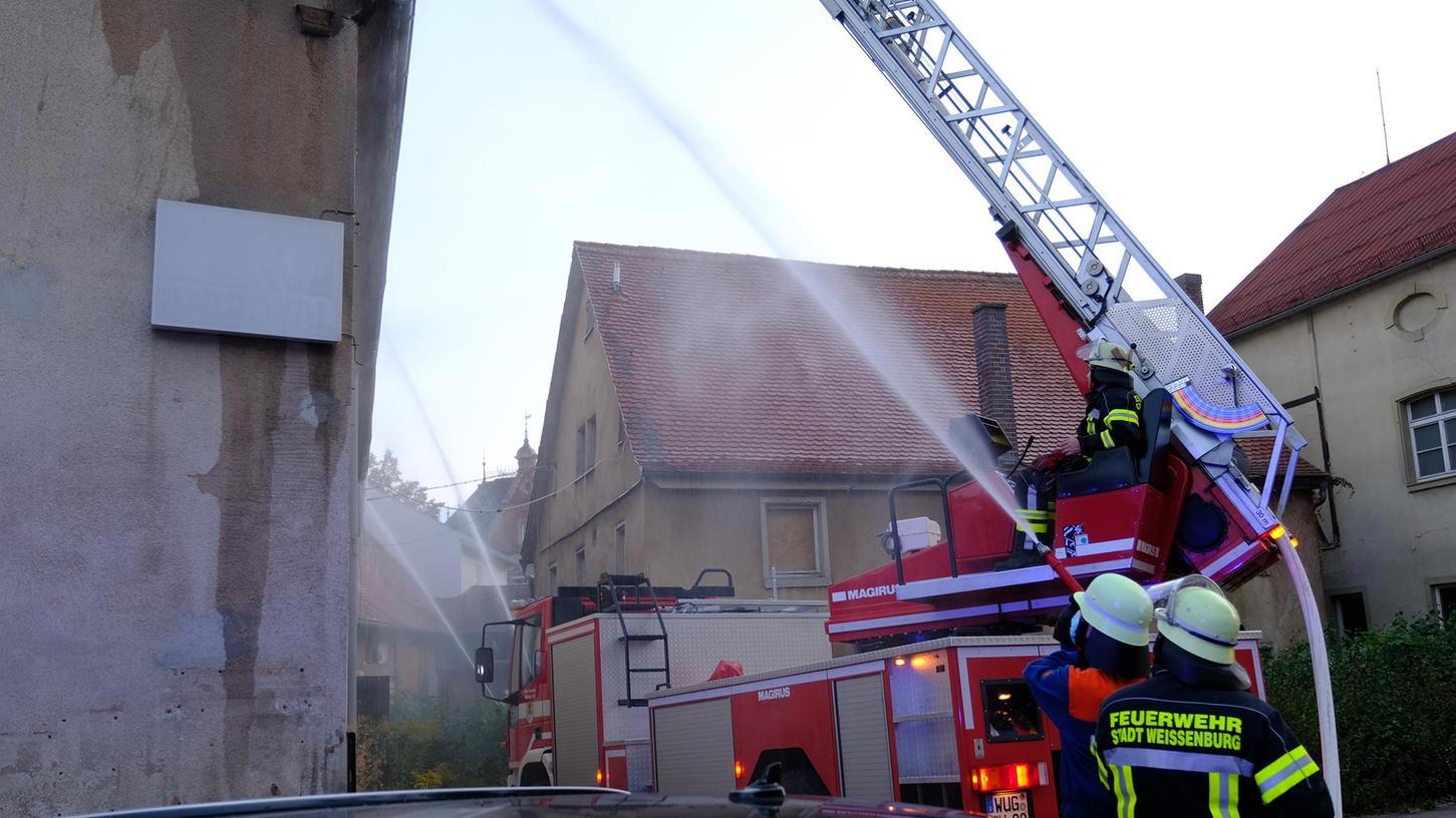 Das sogenannte Gasslabauer-Areal in Weißenburg hat sich die Feuerwehr am Dienstagabend für ihre erste Großübung in Coronazeiten ausgesucht.