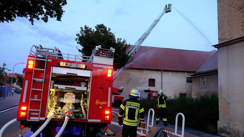 Da das Gasslabauer-Anwesen ohnehin abgerissen werden soll, um dort einen Parkplatz zu schaffen, konnten sich die Feuerwehrler bei ihrer Übung richtig austoben.