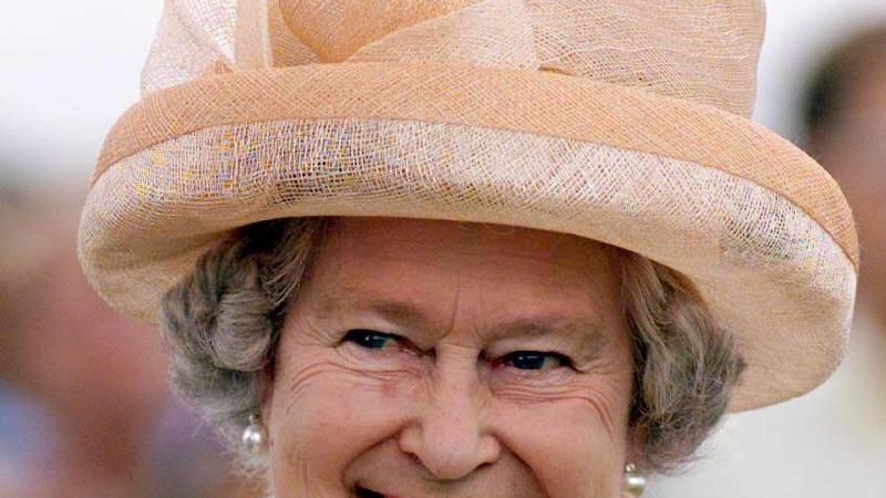 Ein Vorteil an Pferderennen: man kann schicke Hüte tragen. Da ist die Regentin