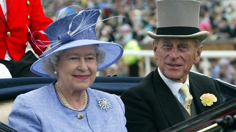 Offenbar mag nicht nur die Queen schneidige Kopfbedeckungen... Elizabeth II und Prinzgemahl Prinz Philip auf einem Archiv-Foto aus dem Juni 2003.