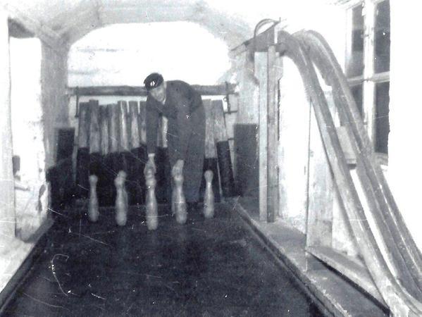 Das Foto aus den 1950-er-Jahren zeigt die alte Kegelbahn, bei der die Kegel noch von Hand aufgestellt werden musste. Später wurde sie durch eine elektronische ersetzt. Es stammt aus der Sammlung Hans Schmitt.