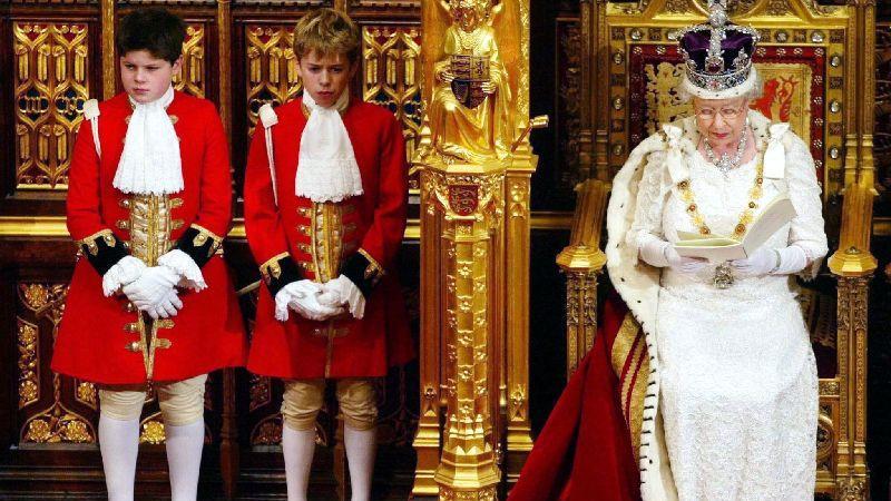Die Queen bei einer Rede vor dem britischen Parlament im November 2003. Seit 59 Jahren steht Elizabeth II. inzwischen dem öffentlichen Leben der Briten vor. Die kleine Frau ist in Großbritannien so etwas wie der Fels in der Brandung. Mittlerweile dient unter ihr der 14 Premierminister - viele sind gekommen und gegangen. Nur eine blieb immer: die Queen.