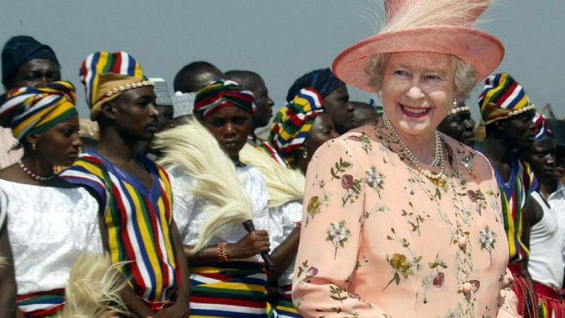 Queen Elizabeth II. im Dezember 2003 bei einem Staatsbesuch in Nigeria. Neben den heutigen 16 Commonwealth-Königreichen war Elizabeth im Laufe ihres Lebens Königin von 16 weiteren unabhängigen Nationen, die sich jeweils später zu Republiken erklärten. Auch Nigeria gehörte von 1960 bis 1963 dazu. Als nächstes wird Barbados an der Reihe sein - der Inselstaat plant, die Queen im November 2021 als Staatsoberhaupt abzusetzen.