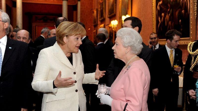 Bei einem offiziellen Empfang der Königin im Buckingham Palace im April 2009 plaudert Elizabeth II. mit der deutschen Kanzlerin Angela Merkel.