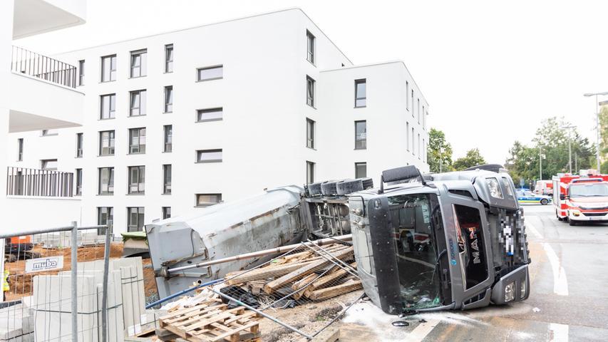 [b]Redaktioneller Hinweis: Aufschrift auf Lastwagen bitte pixeln![/b] Am Mittwochmorgen (15.09.2021) kam es auf einer Baustelle in Nürnberg in der Dresdener Straße zu einem Unfall. Ein Lastwagen ist beim Abladen von Schotter aus bislang unbekannter Ursache umgekippt. Nach ersten Informationen wurde dabei niemand verletzt. Foto: NEWS5 / Bauernfeind Weitere Informationen... https://www.news5.de/news/news/read/21771