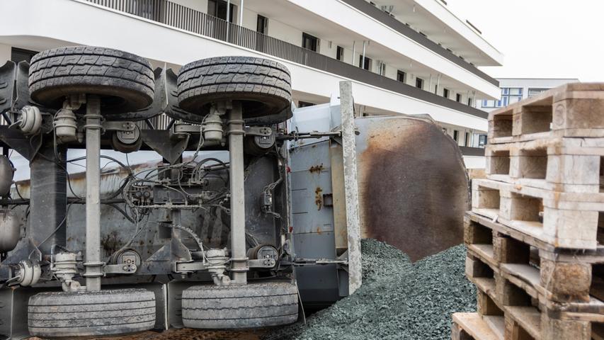 Riesenschreck in Nürnberg: Lkw kippt plötzlich um