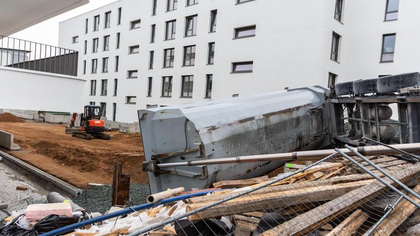 Am Mittwochmorgen (15.09.2021) kam es auf einer Baustelle in Nürnberg in der Dresdener Straße zu einem Unfall. Ein Lastwagen ist beim Abladen von Schotter aus bislang unbekannter Ursache umgekippt. Nach ersten Informationen wurde dabei niemand verletzt. Foto: NEWS5 / Bauernfeind Weitere Informationen... https://www.news5.de/news/news/read/21771