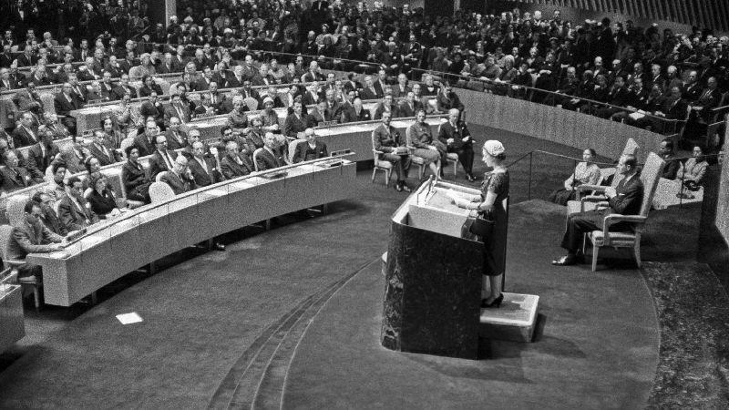 Königin Elizabeth II. hält am 21. Oktober 1957 in New York eine Rede vor der Generalversammlung der Vereinten Nationen - begleitet von ihrem Ehemann Prinz Philip (rechts im Bild). Prinz Philip ist der dienstälteste Prinzgemahl in der Geschichte der britischen Royals: Am 17. April 2009 hatte er der Königin genau 57 Jahre und 71 Tage zur Seite gestanden - und damit den Rekord von Königin Charlotte gebrochen. Bis zu ihrem Tod 1818 war die Ehefrau von Georg III. 57 Jahre und 70 Tage Prinzgemahlin gewesen.