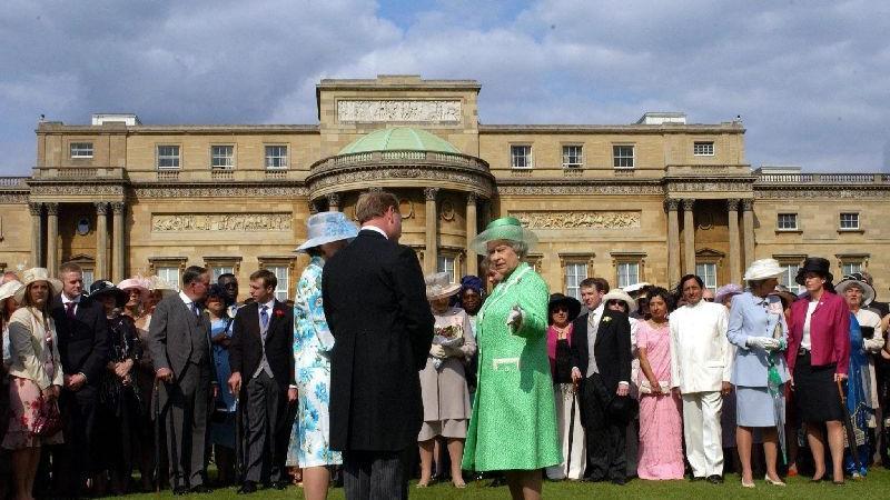 Königin Elizabeth II. unterhält sich auf einer Garten-Party vor dem Buckingham-Palast in London mit Gästen (Archivfoto Juli 2004). Kritiker fragen sich, warum Großbritannien immer noch von einem erblichen Monarchen regiert werden sollte. Dennoch bleiben viele Briten begeisterte Royalisten.