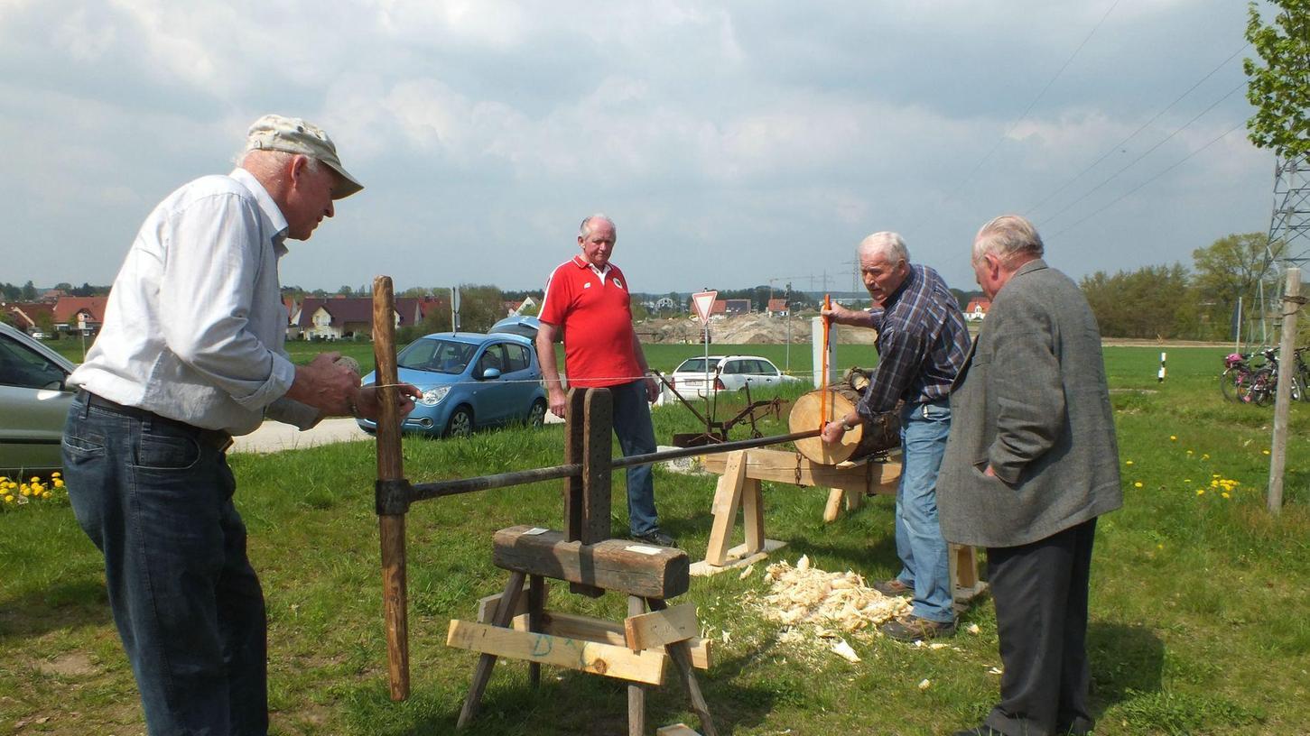 So wird es gemacht: Deichelbohren bei einer Museumskerwa des Heimatvereins Weisendorf.