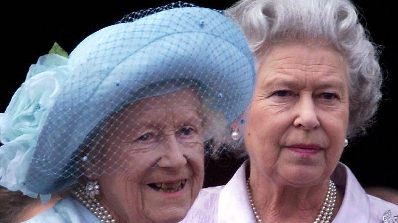 Königin Elizabeth II. und Königinmutter Elizabeth (links im Bild) feiern am 4. August 2000 auf dem Balkon des Buckingham-Palasts in London mit den jubelnden Menschen den 100. Geburtstag von