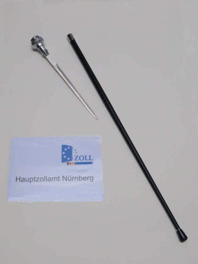 Zollbeamte fischten aus dem Gepäck einer Familie aus Nigeria einen solchen Stockdegen aus dem Gepäck. In Deutschland ist diese heimtückische Waffe verboten. Der Zoll leitete ein Strafverfahren ein.