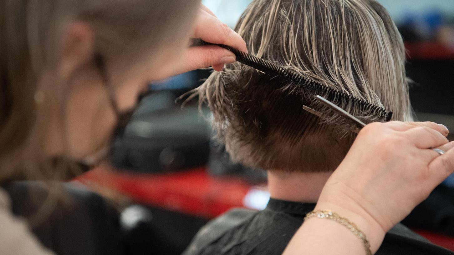 Im Friseursalon: Die Kundin braucht je nach Inzidenz einen 3G-Nachweis, die Friseurin nicht.