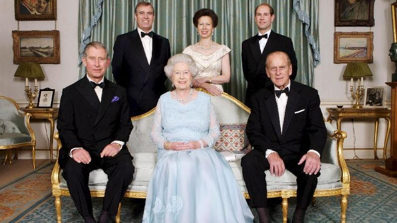 """Und bitte alle noch mal ganz """"amused"""" lächeln fürs königliche Familienalbum- diesmal in kleinerer Runde: In der Mitte die Queen, rechts von ihr Prinzgemahl  Philip, links ihr ältester Sohn Prinz Charles. In der hinteren Reihe von links nach rechts: Prinz Andrew, der zweite Sohn der Queen, ihre einzige Tochter Prinzessin Anne und ihr jüngster Sohn Prinz Edward."""