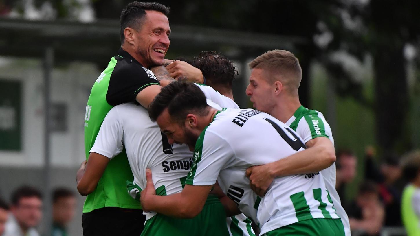 Erleichterung pur bei Trainer Bernd Eigner (links), Calvin Sengül und Ardit Topalaj: Nach dem dritten Sieg in Folge steht der SC Eltersdorf in der Regionalliga auf einem Nichtabstiegsplatz.